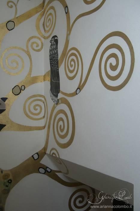 Albero della Vita di Klimt su parete scala : Ingresso & Corridoio in stile  di Ghirigori Lab di Arianna Colombo