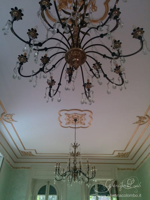 Soffitti con stucchi dei primi '900 decorati con oro acrilico : Soggiorno in stile in stile Classico di Ghirigori Lab di Arianna Colombo
