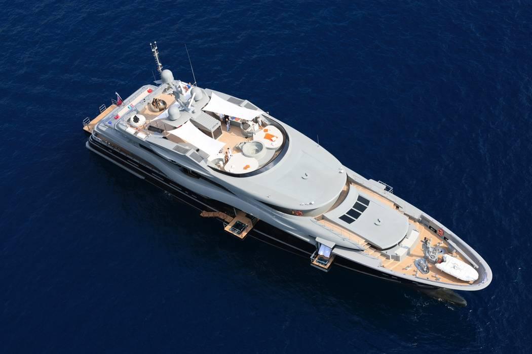Yates y jets de estilo moderno de Luca Dini Design Moderno