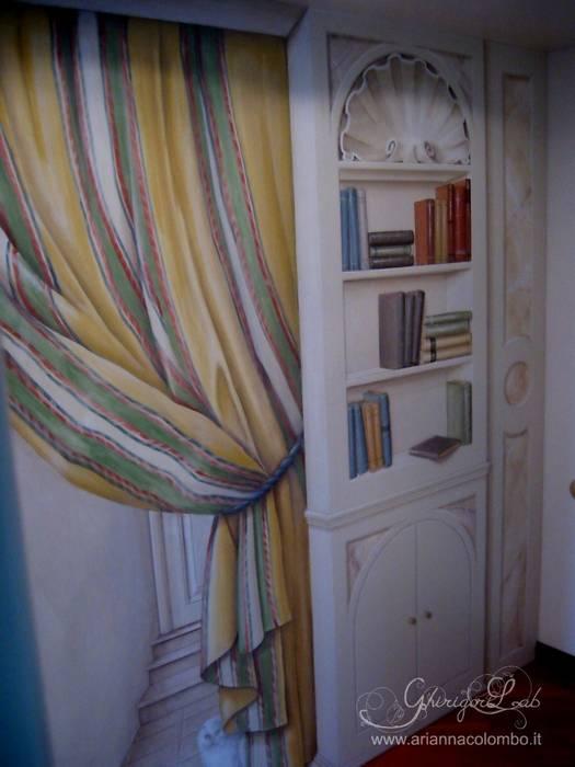 Trompe l'oeil su cabina armadio con finta libreria e tendaggio: Pareti in stile  di Ghirigori Lab di Arianna Colombo