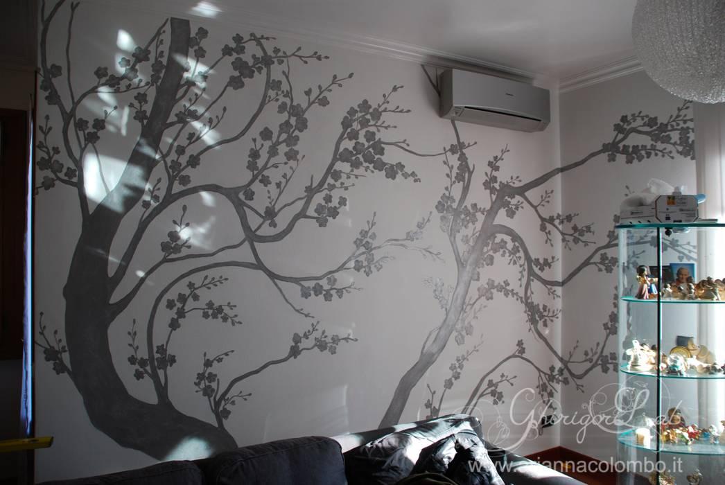 Silhouette di rami di pesco color argento : Pareti in stile  di Ghirigori Lab di Arianna Colombo