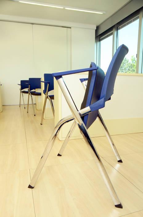 Sedia Oplà per scuole, aule formazione e sale riunioni: Sala multimediale in stile  di IBEBI Design