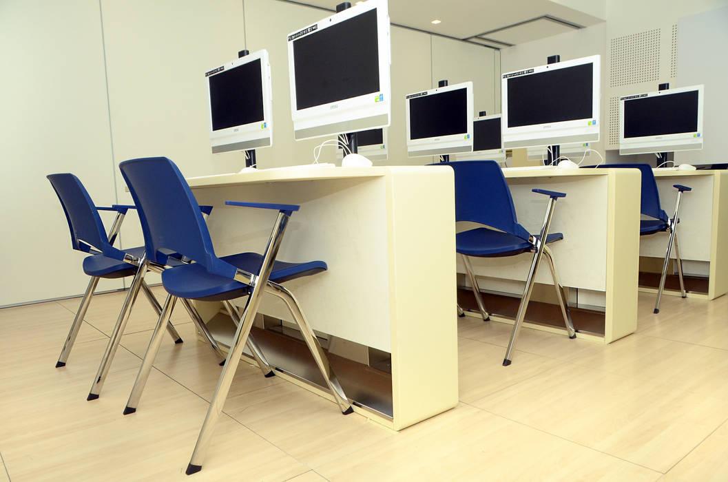 Sedia Oplà per scuole, aule formazione e sale riunioni: Soggiorno in stile in stile Classico di IBEBI Design