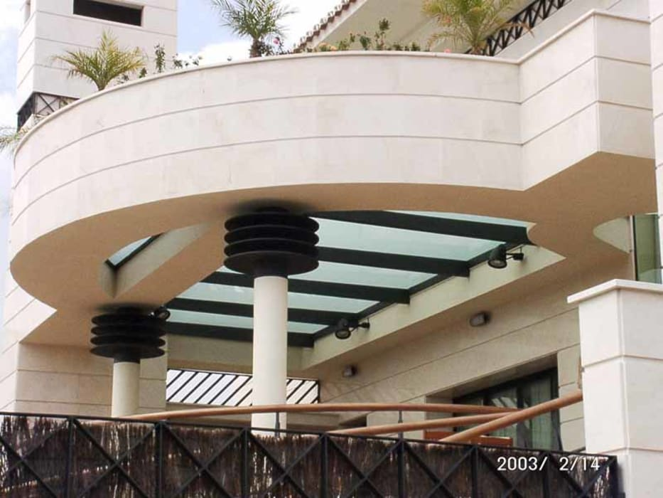 LAGUÍA ARQUITECTOS Rumah Modern