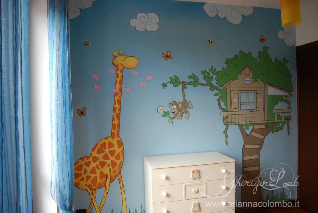 Cameretta con casetta, giraffa e scimmia: Stanza dei bambini in stile in stile Moderno di Ghirigori Lab di Arianna Colombo