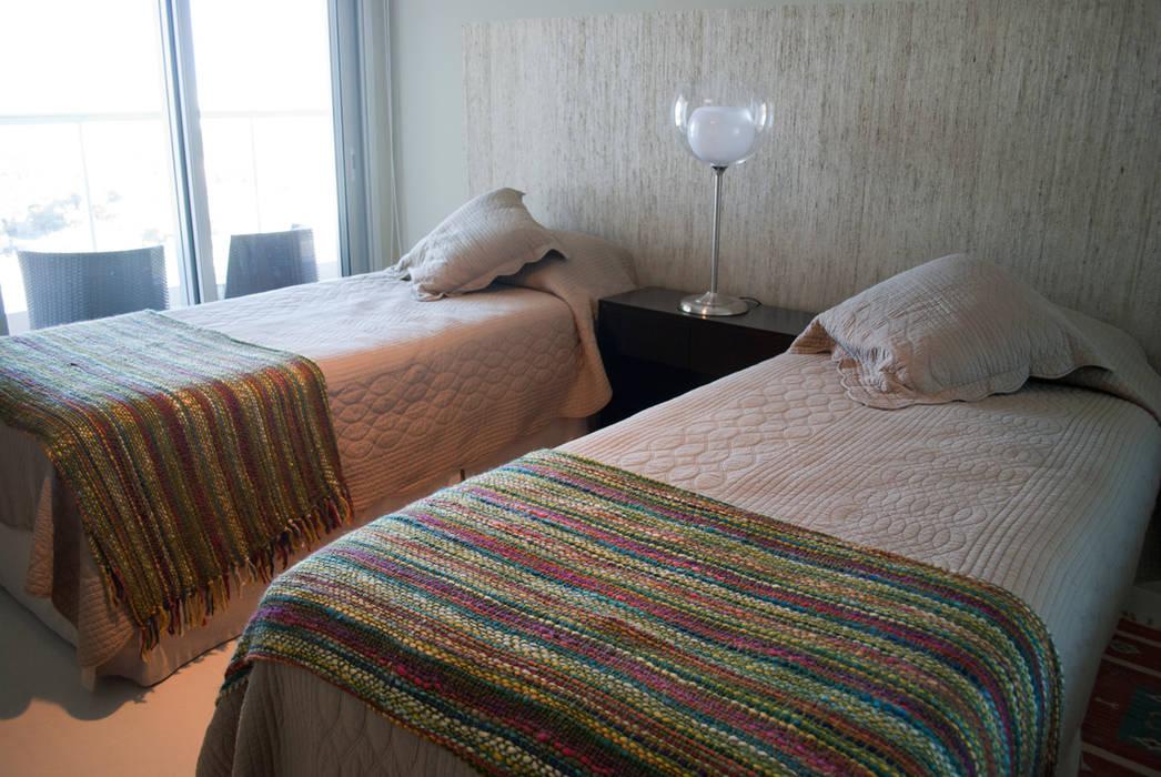 Detalles que iluminan: Dormitorios de estilo ecléctico por Diseñadora Lucia Casanova