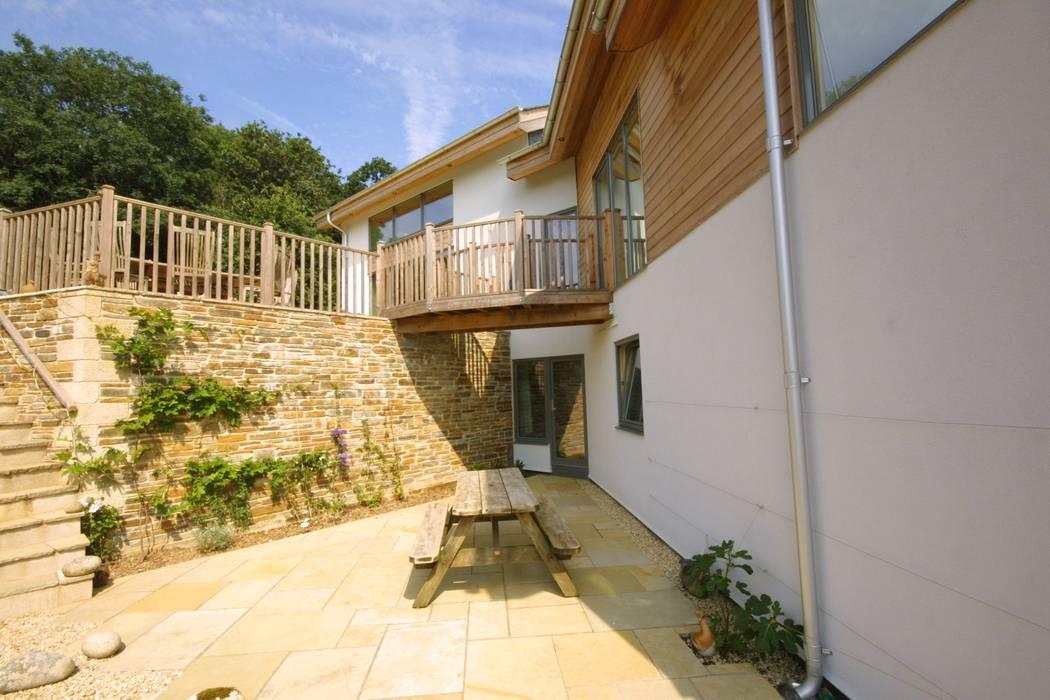 New Build Part Earth Sheltered Split Level House Balkon, Beranda & Teras Modern Oleh Arco2 Architecture Ltd Modern