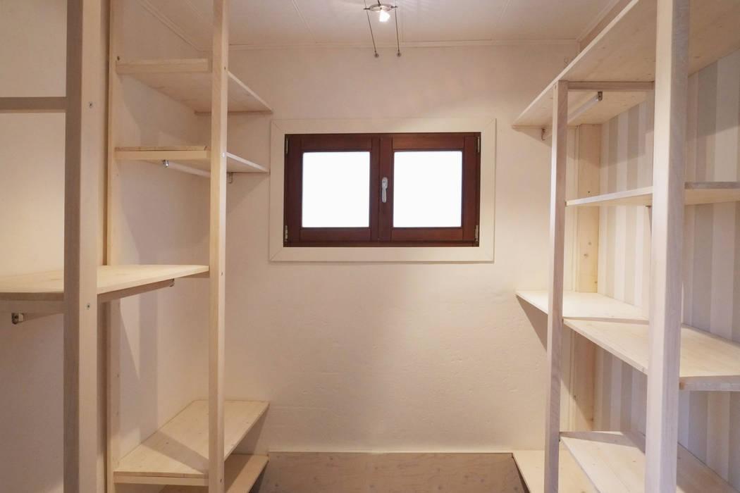 Walk in closets de estilo escandinavo de Contesini Studio & Bottega Escandinavo Madera maciza Multicolor