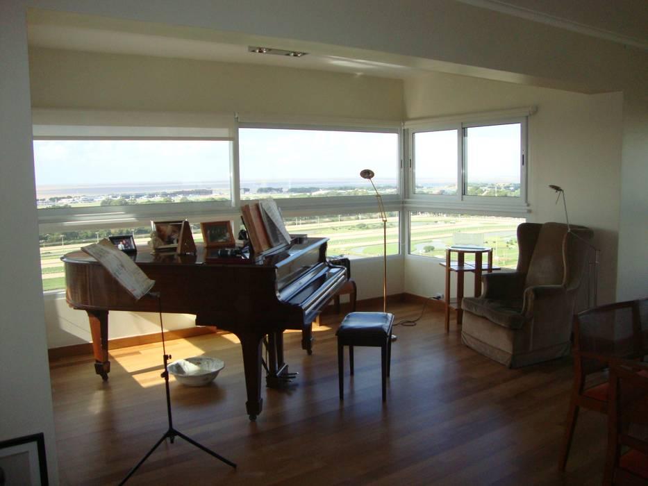 Piano en balcón!: Livings de estilo  por Hargain Oneto Arquitectas