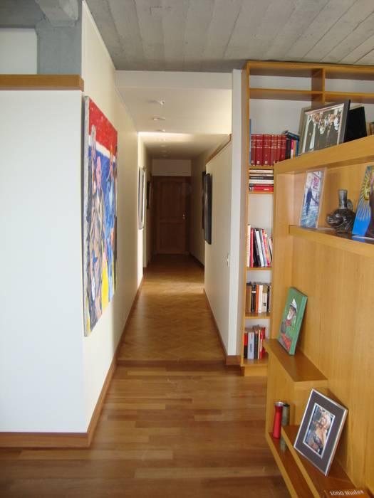 circulación Pasillos, vestíbulos y escaleras modernos de Hargain Oneto Arquitectas Moderno Madera maciza Multicolor