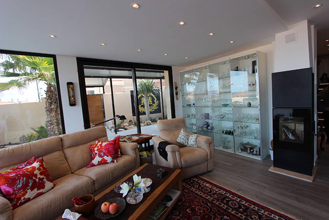 Reforma de vivienda con etiqueta de eficiencia energética A (Gran Alacant, Santa Pola) Salones de estilo escandinavo de Novodeco Escandinavo