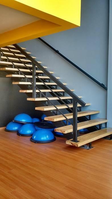 Escaleras: Pasillos y recibidores de estilo  por Bau-Art  Taller de Arquitectura