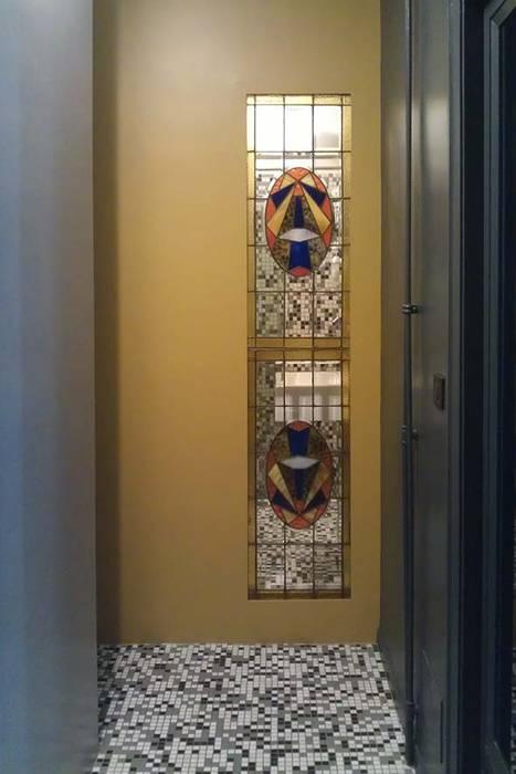 zona notte: veduta della vetrata liberty: Ingresso & Corridoio in stile  di Altro_Studio