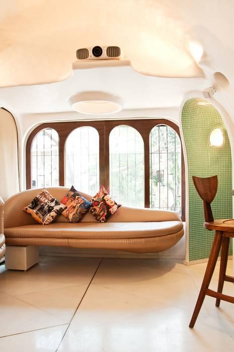 Salas de estilo moderno de The White Room Moderno Concreto