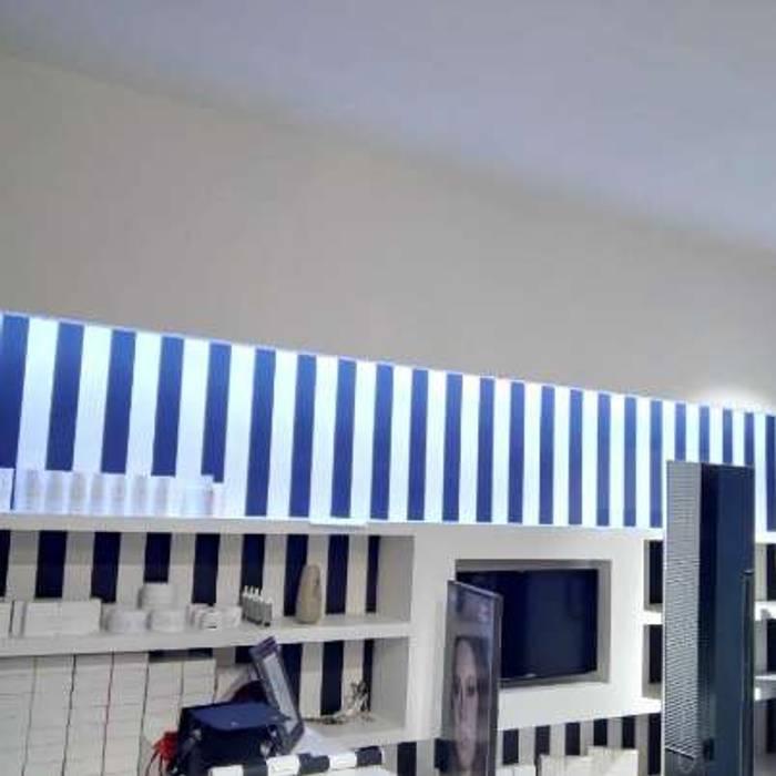 """Luce ai capelli - """"Dalla carta alla realizzazione"""": Negozi & Locali commerciali in stile  di lar luce alto rendimento srl"""