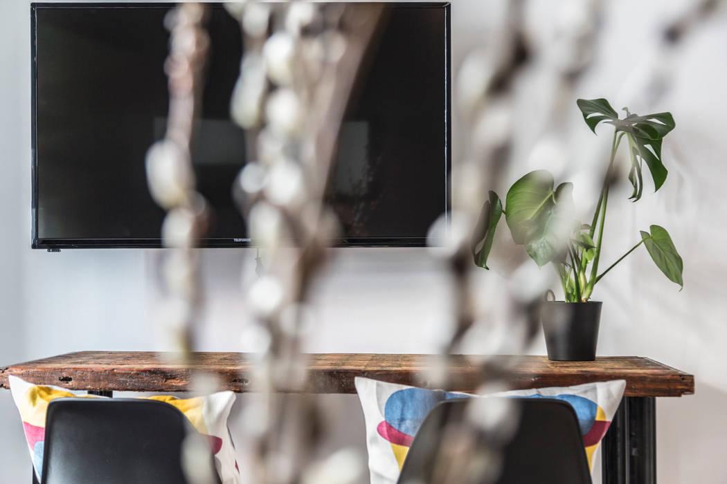 edit home staging Ruang Keluarga Gaya Eklektik
