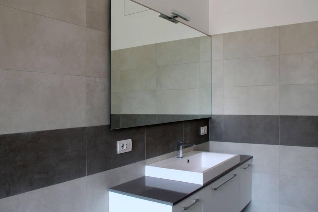 zona lavabo bagno padronale: Bagno in stile in stile Moderno di T+T ARCHITETTURA
