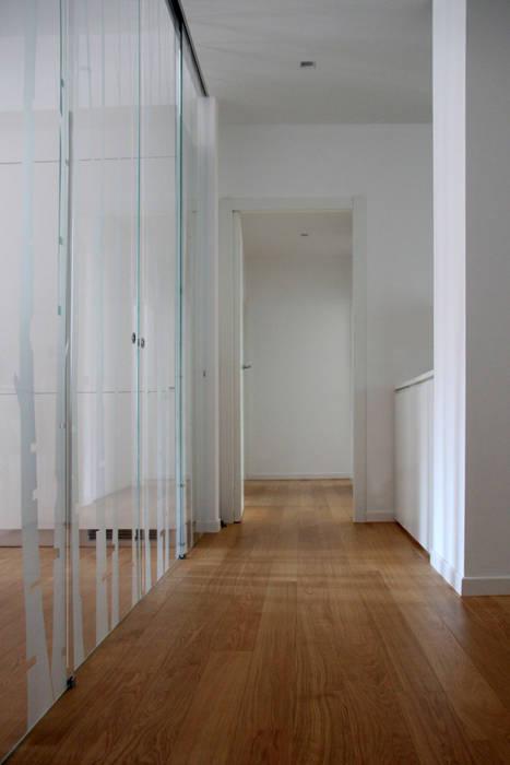 distribuzione zona giorno-notte: Ingresso & Corridoio in stile  di T+T ARCHITETTURA