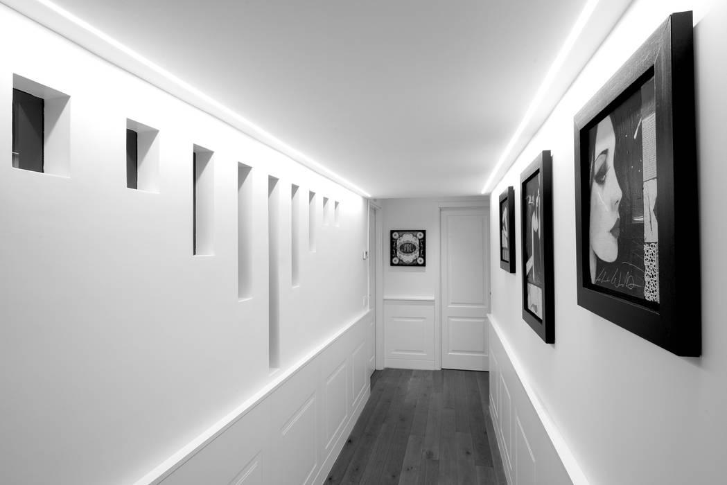 Couloir et hall d'entrée de style  par Mario Ferrara, Moderne