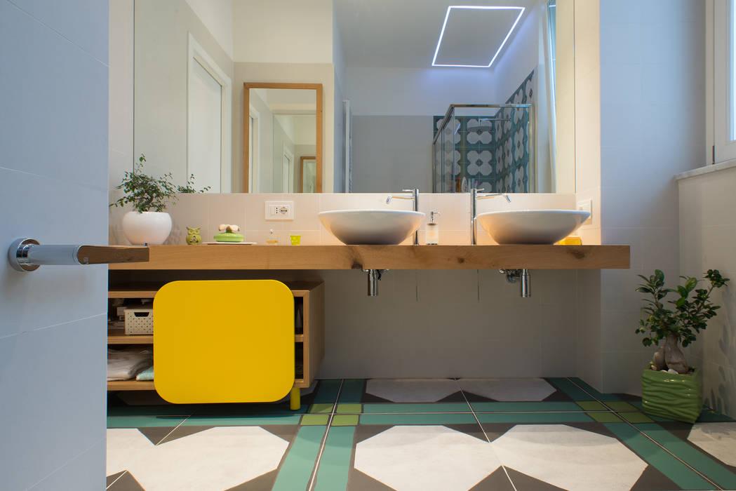 Un appartamento in centro Bagno moderno di Mario Ferrara Moderno