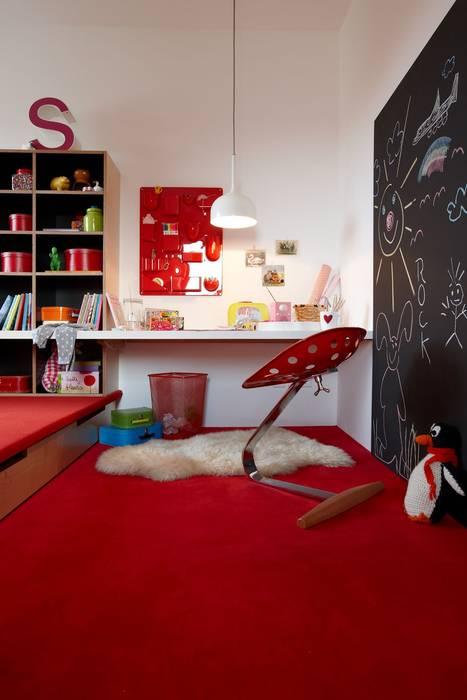 Kinderzimmer mit Podest und Schreibplatz Moderne Kinderzimmer von Burkhard Heß Interiordesign Modern