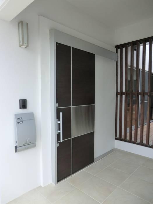 現代風玄關、走廊與階梯 根據 (株)スペースデザイン設計(一級建築士事務所) 現代風