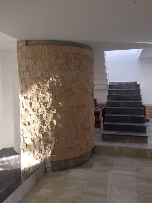 MURO CURVO DE ESCALERA DE SERVICIO EN PROCESO DE REMODELACION Pasillos, vestíbulos y escaleras modernos de Alejandra Zavala P. Moderno