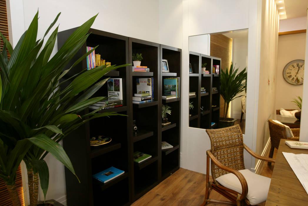 Modern Living Room by Emmilia Cardoso Designers Associados Modern