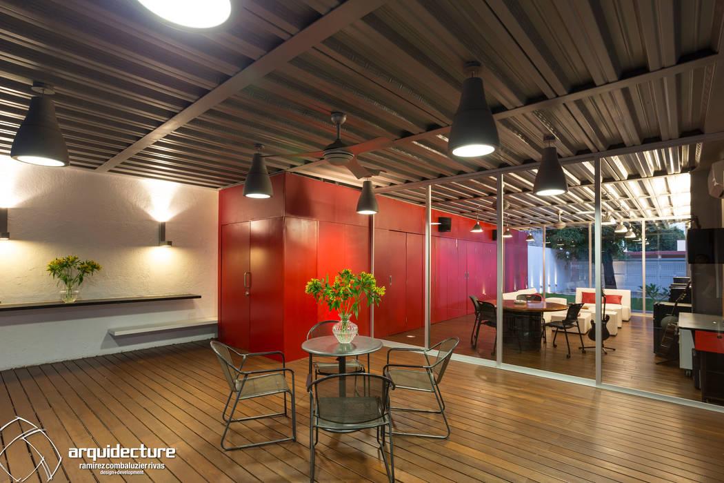 Varandas, marquises e terraços industriais por Grupo Arquidecture Industrial Madeira Acabamento em madeira
