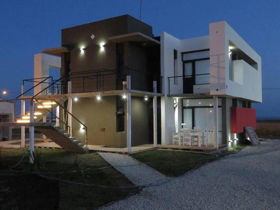 Casas de estilo minimalista de Comodo-Estudio+Diseño Minimalista