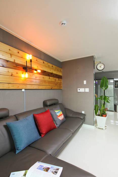 기존도면에 한층더 업그레이드된 집: 한글주택(주)의  거실