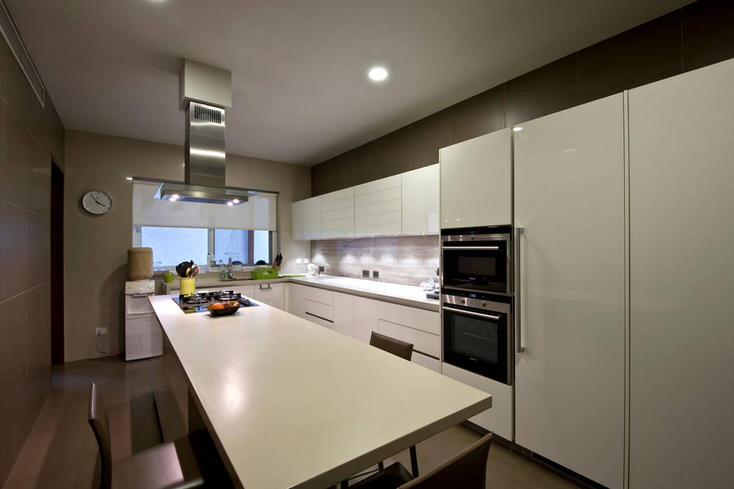 Private Residence, Koregaon Park, Pune Modern kitchen by Chaney Architects Modern