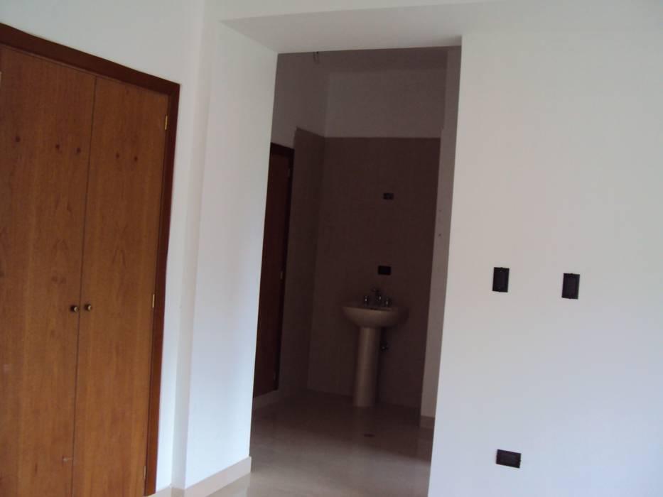 Habitación principal con baño de Complementi Centro Decorativo