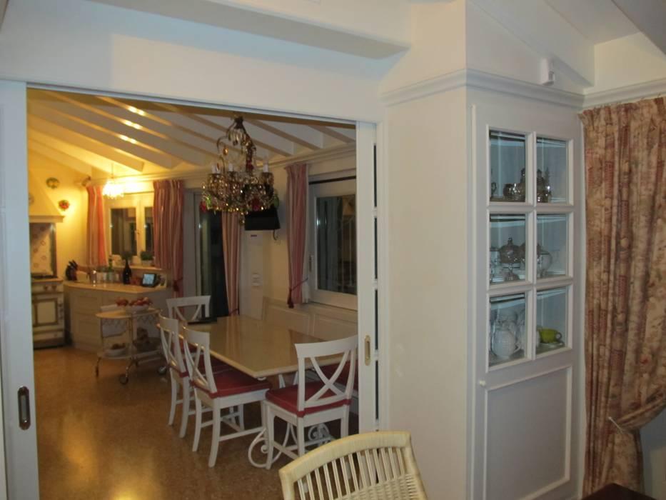 Casa A: Sala da pranzo in stile in stile Classico di Falegnameria Campo Eugenio snc
