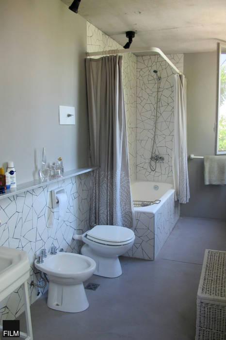 Modern Bathroom by FILM OBRAS DE ARQUITECTURA Modern Ceramic