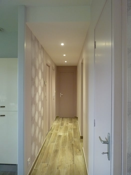 L'Armoire aux Patines Modern Corridor, Hallway and Staircase Beige