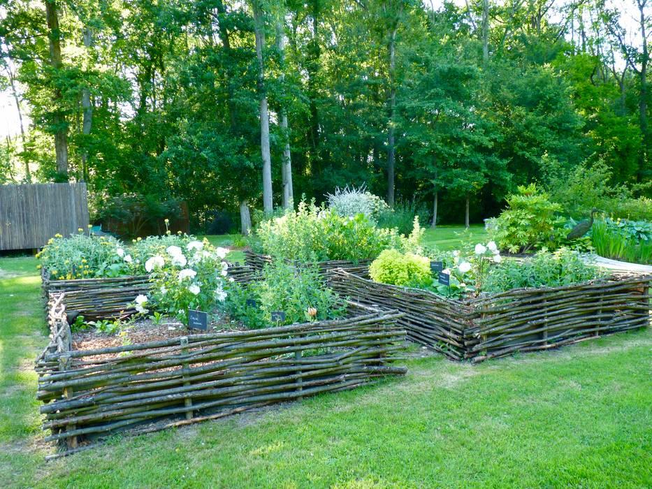 Carré de plantes aromatiques: Jardin de style de style Classique par Nature in the Garden