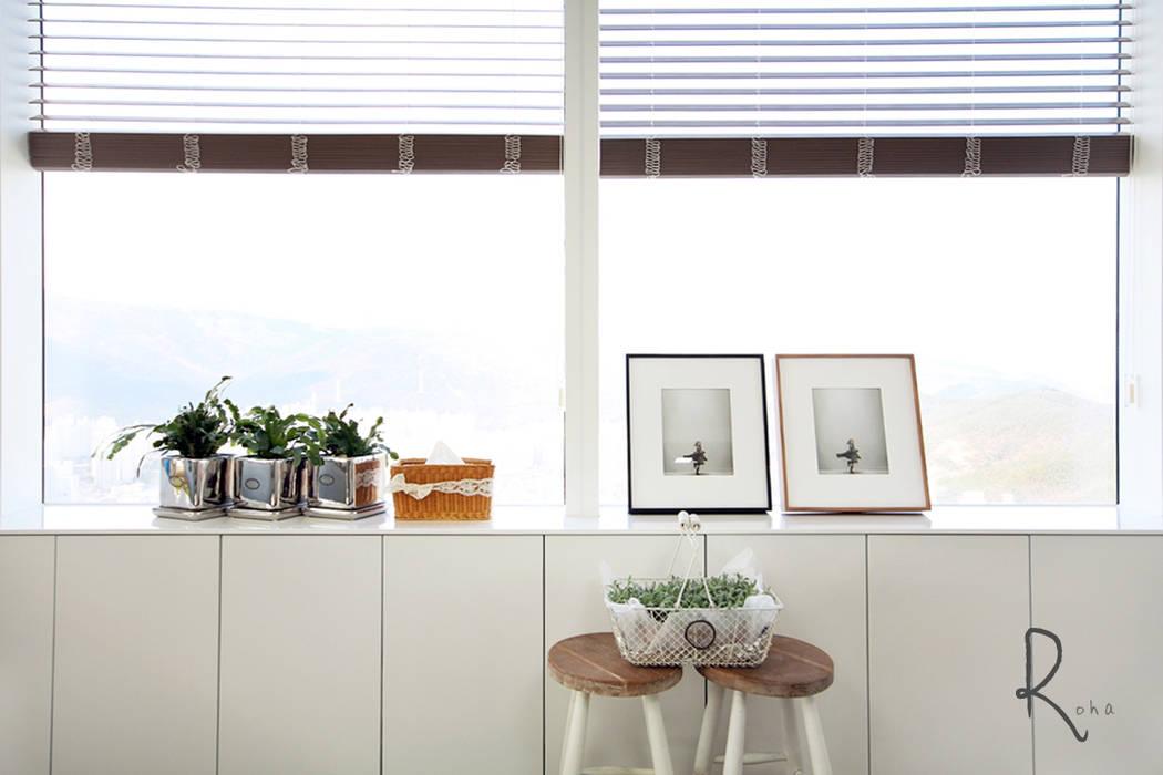 Livings modernos: Ideas, imágenes y decoración de 로하디자인 Moderno