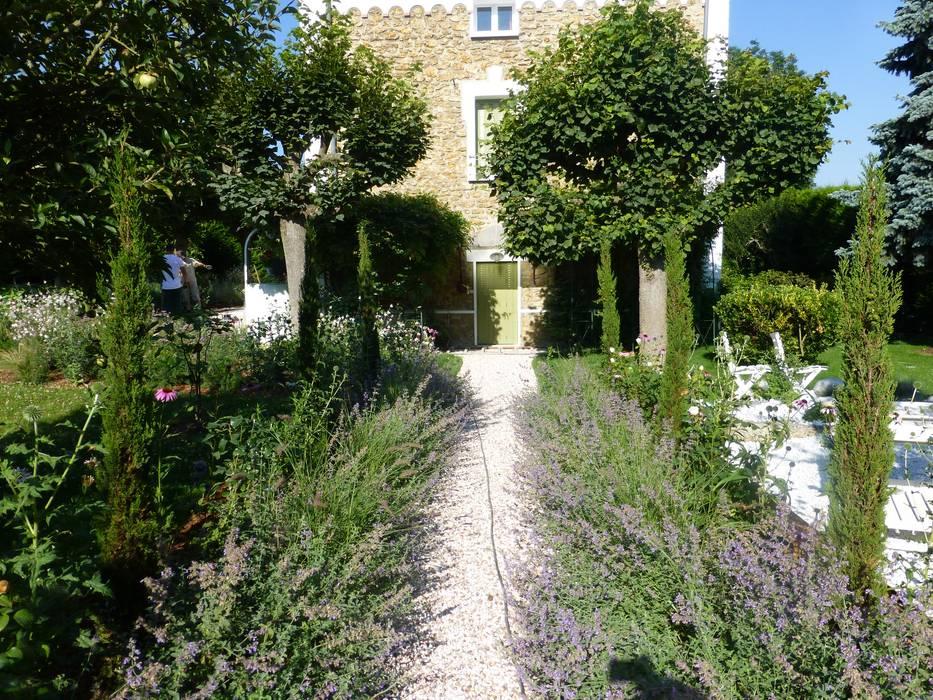 Allée: Jardin de style de style Classique par Nature in the Garden