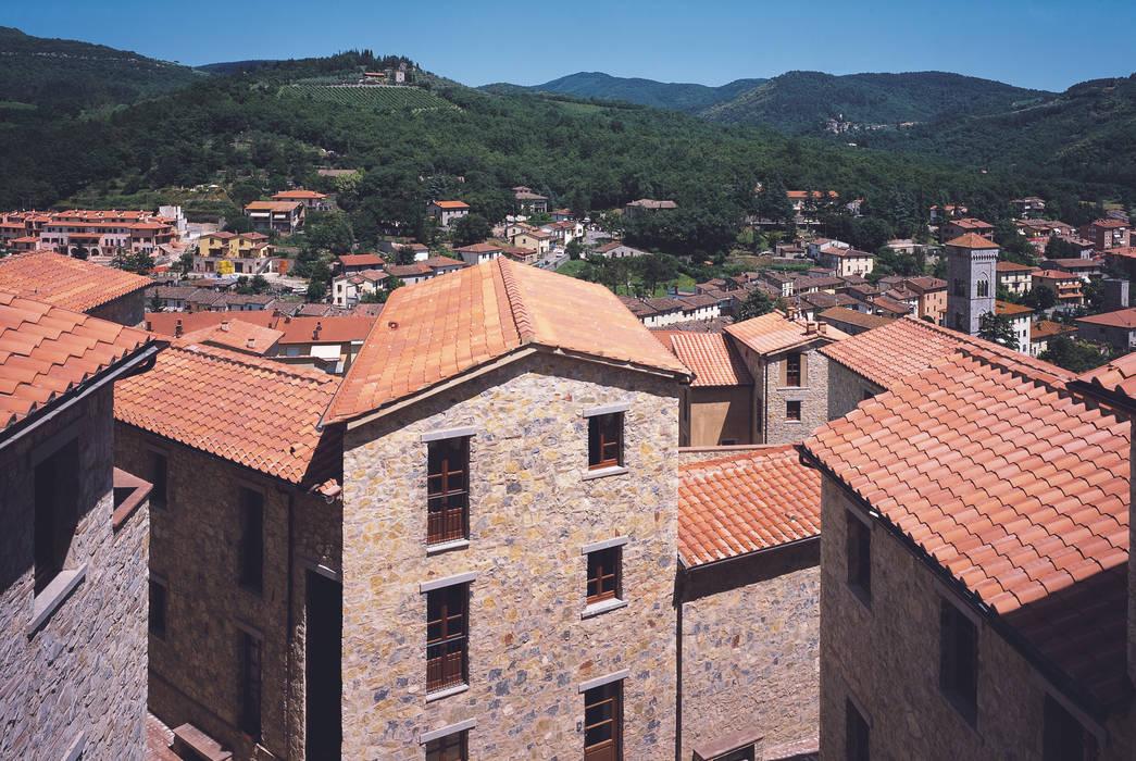 Il paesaggio verso Gaiole: Case in stile In stile Country di Simone Casini Architetto