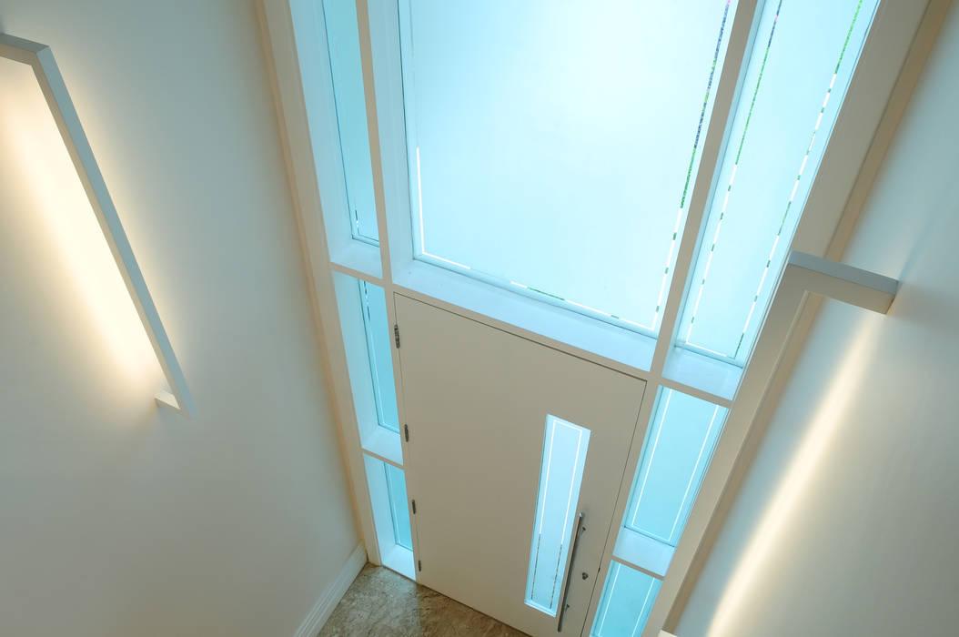 Modern windows & doors by studio VIVADESIGN POR FLAVIA PORTELA ARQUITETURA + INTERIORES Modern