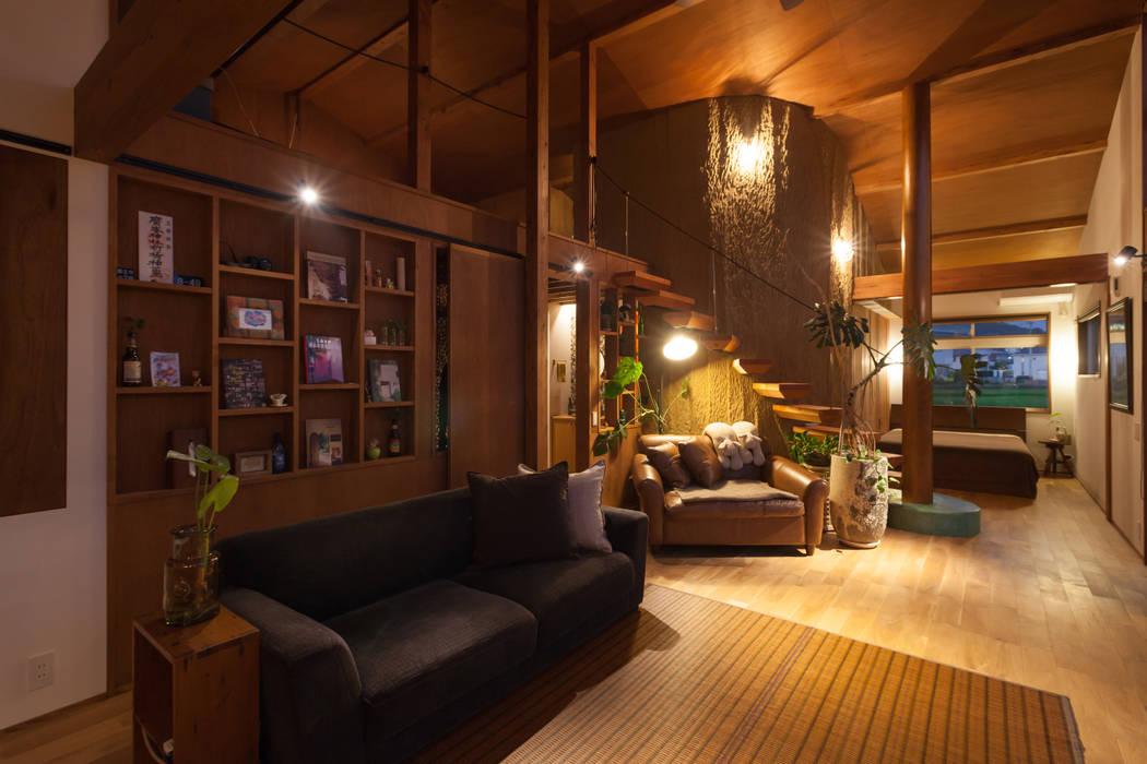 Vintage Resort House 株式会社グランデザイン一級建築士事務所 オリジナルデザインの リビング 無垢材 木目調