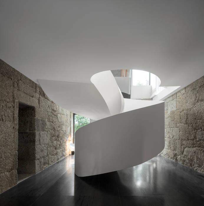 Guimarães House Corredores, halls e escadas minimalistas por es1arq Minimalista