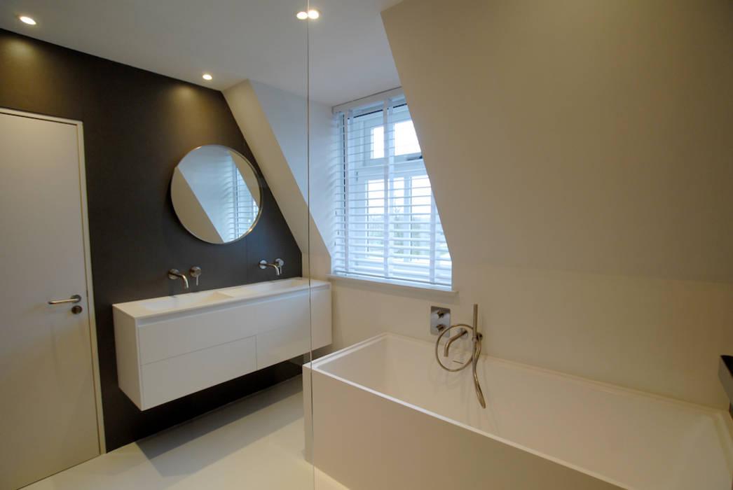 Badkamer met dakkapel: moderne badkamer door kars bouwadviseur en ...