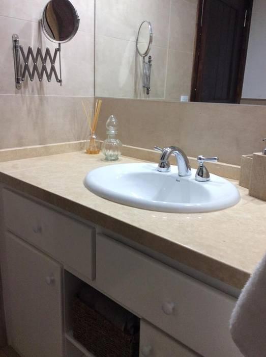 Ванные комнаты в . Автор – Estudio de arq. Tomás Hosmann, Классический