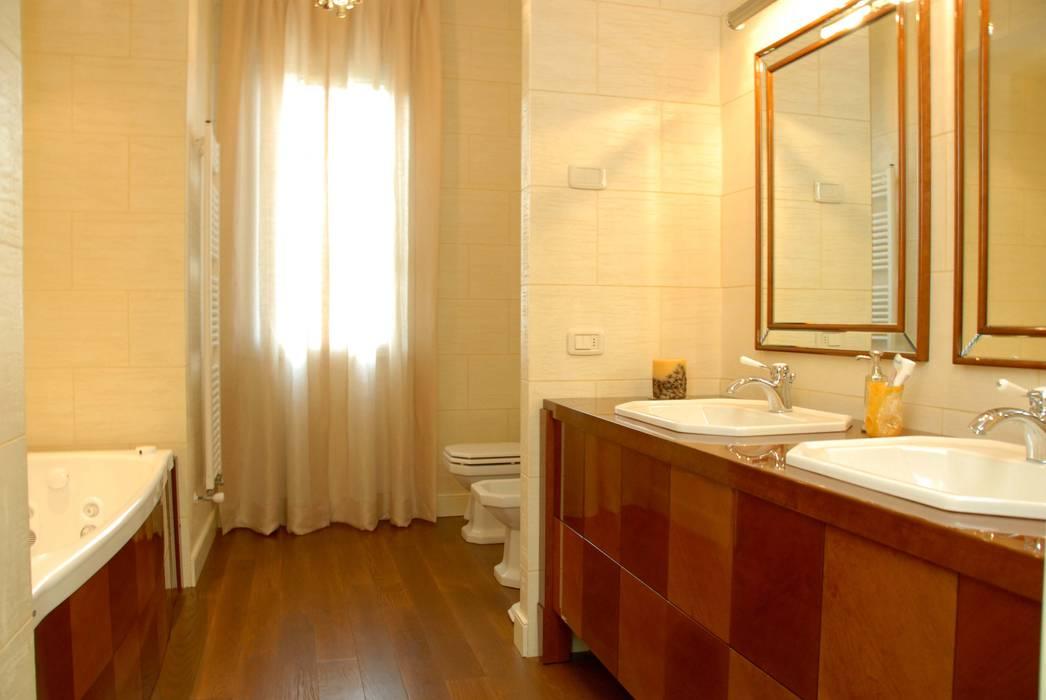 mirror for classic bathroom: Bagno in stile in stile classico di bilune studio