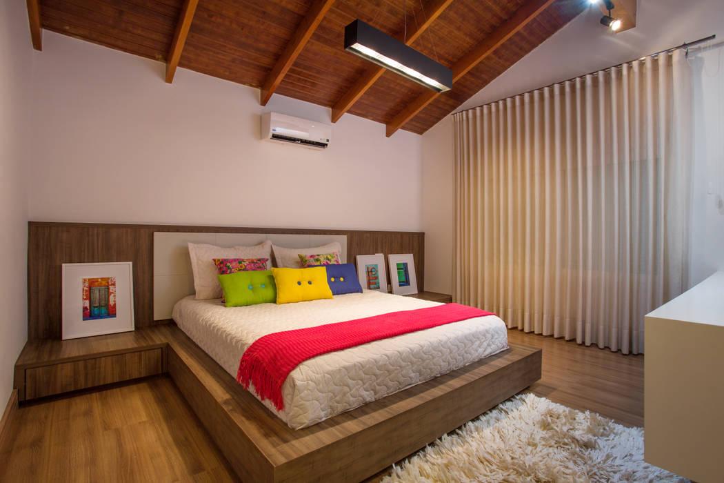 Interior da suíte da filha Quartos tropicais por Cabral Arquitetura Ltda. Tropical Madeira Efeito de madeira