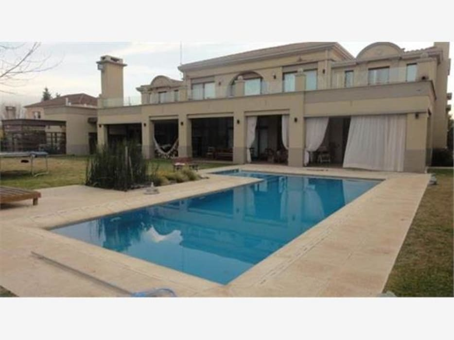 Fondo lado derecho: Casas de estilo clásico por Mauro Jacobo
