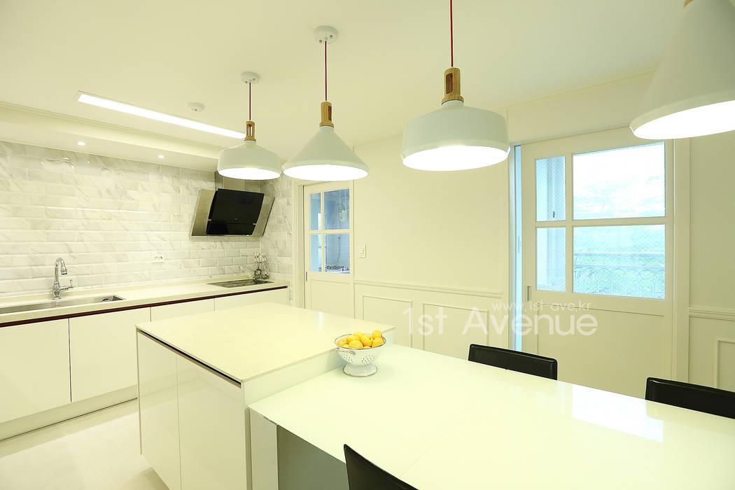 Cozinhas modernas por 퍼스트애비뉴 Moderno