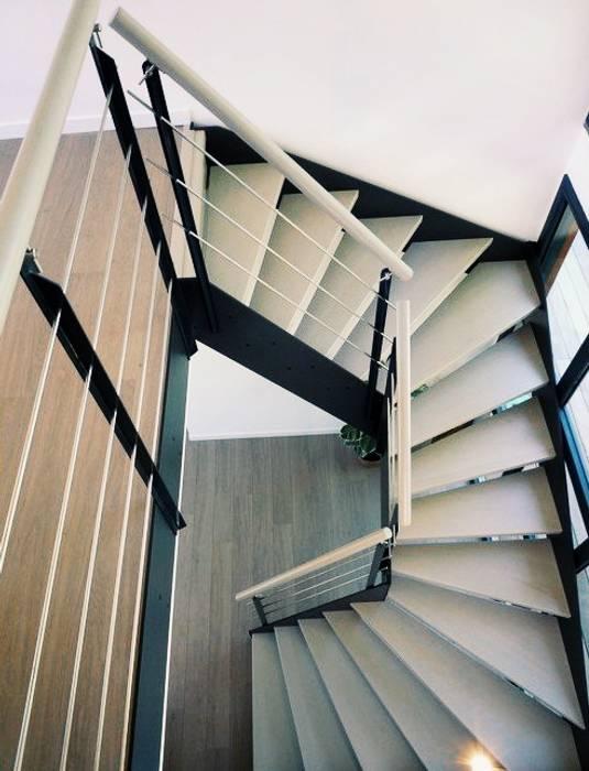 Escalier limon acier: Couloir et hall d'entrée de style  par Passion Escaliers